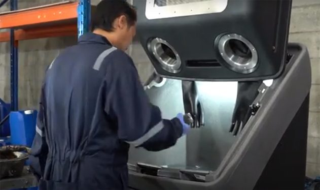ベアリング等パーツ洗浄機 パーツを機械の前面から入れ、カバーをしめる