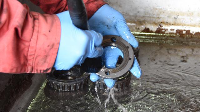 油汚れに強力な溶剤洗浄。溶剤には様々なリスクが伴います。ベアリング等パーツ洗浄機 Torrent(トレント)